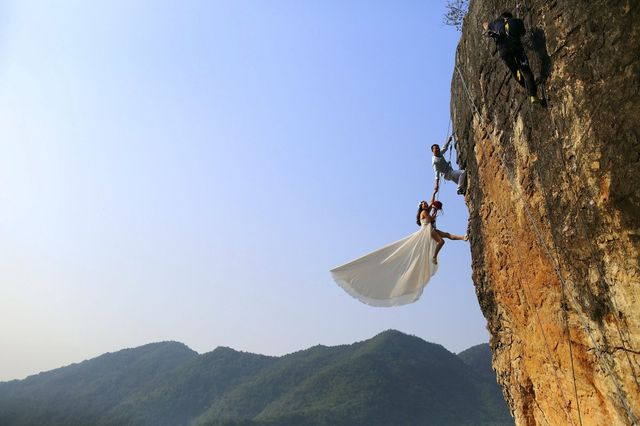 zheng-feng-an-amateur-climber-takes-wedding-pictures-with-his-bride-on-a-cliff-in-jinhua-china