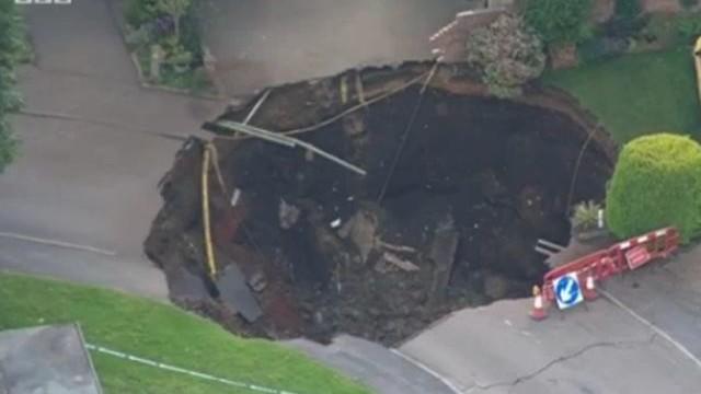 10- метров кратер се отвори в британски град