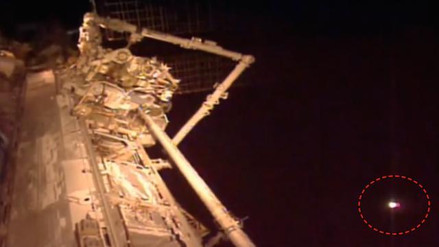 НЛО с ярки светлини се доближи до Международната космическа станция (видео)