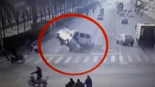 Неведома  сила вдига във въздуха коли  в Китай (видео)