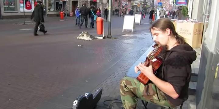 Невероятното изпълнение на уличен китарист (видео)