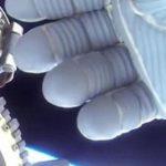 Астронавт от МКС закри камера с  ръката си за да не заснеме  НЛО (видео)