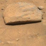 На снимки от Марс се вижда  странен камък с идеална правоъгълна дупка!